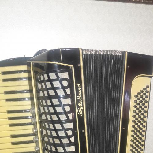 Старинный аккордеон.