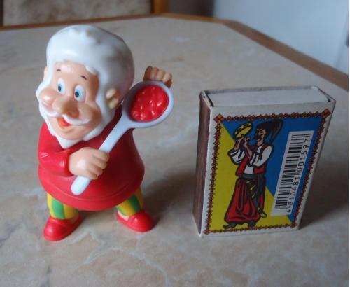 Новогодняя фигура Дед Мороз бросает красную икру