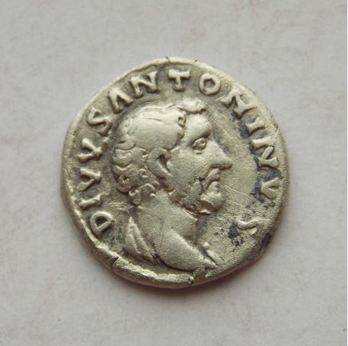 Денарій Антонін Пій, Consecratio (посмертний, крематорій). Срібло, гарний стан.