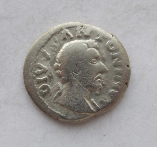 Денарій Антонін Пій, Consecratio (посмертний, крематорій). Срібло.