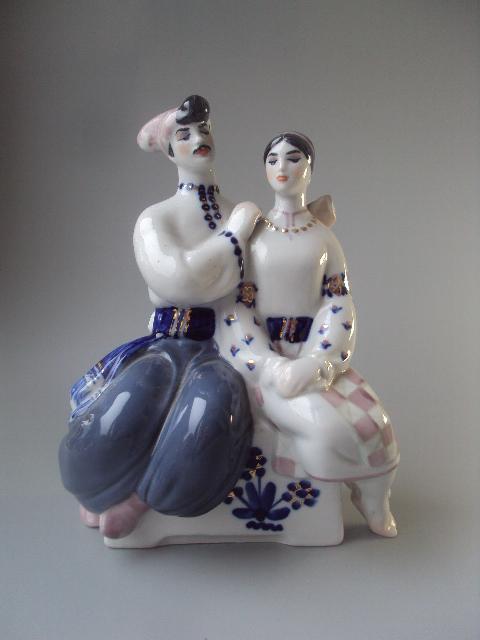 Фигура фарфор Киев влюбленные козак и девушка сидят на лавочке бусы намысто парочка пара №10343