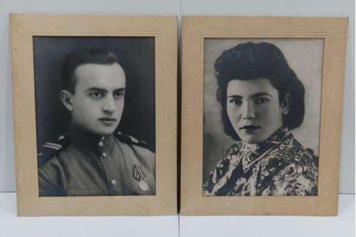 Фотография пара военный с медалью и его жена лот 37,5 х 27,5 см №155
