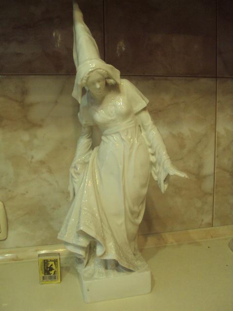германия девушка в одежде 15 века фарфор клеймо лиса в тесте скол пальцев