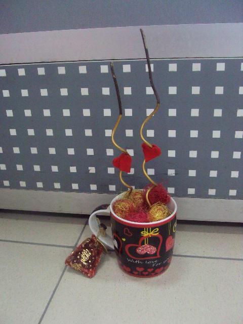 Сувенир кружка с сердечками под фотографии Китай керамика, в мешочке кофейные зерна №2985