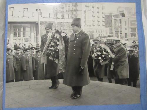 Фото из серии Генералы Возложение цветов к памятнику Ленина
