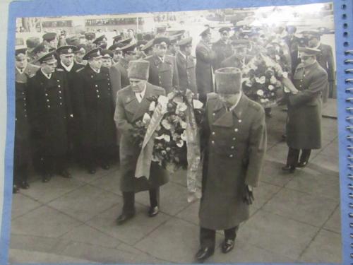 Фото из серии Генералы Возложение цветов