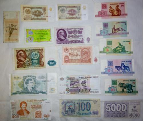 Коллекция бумажных денег различных стран.