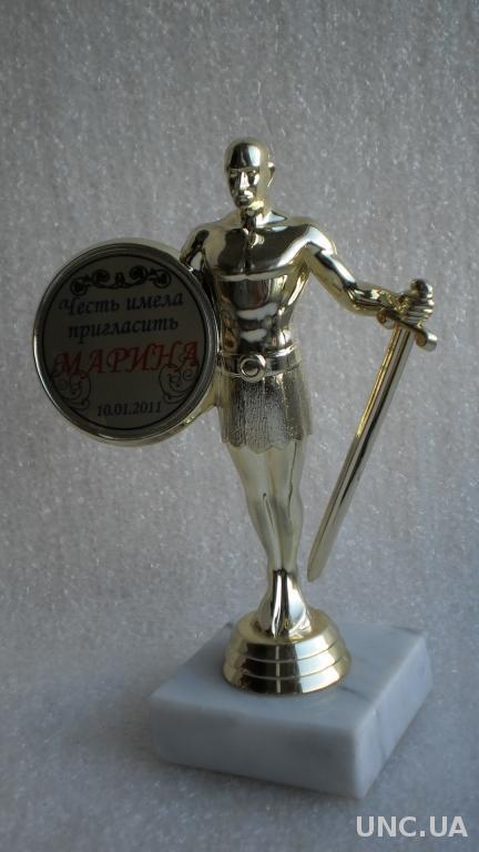 Кубок Щит и меч на камне.