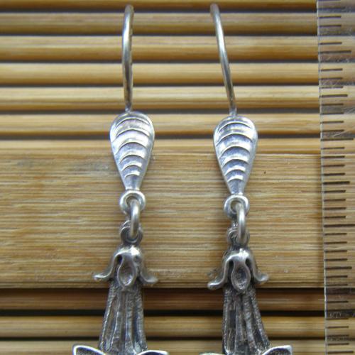 Изделие из серебра без вставок «Серьги» в форме цветка колокольчика с французским типом замка.