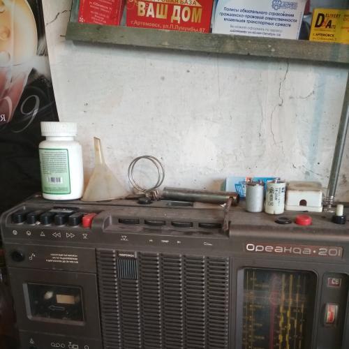 магнитофон кассетный и несколько кассет