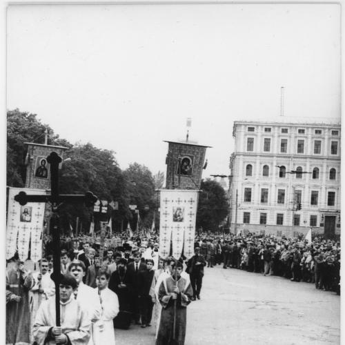 ФОТО. 1993 г. Крестный ход на Софийской площади в день памяти жертв Голодомора