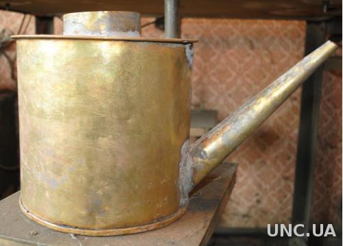 Старовинний латунний кустарний чайник або поливалка в реставрацію чи для дизайну
