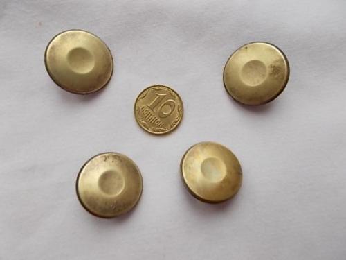 Пуговицы металл желтого цвета прочные, на ножке.   4 штуки