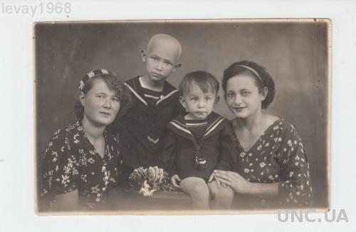 ФОТО ДЕТИ  БРАТЬЯ В МОРСКИХ КОСТЮМЧИКАХ С МАМАМИ МЕЛИТОПОЛЬ
