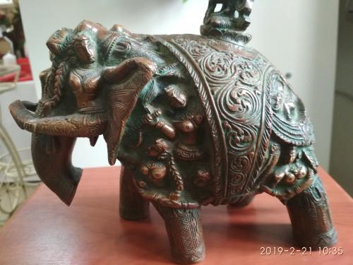 Крішна верхом на слоні з людей.