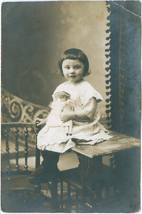 Фото кабинетное Открытка 1913 год Дети Ребенок Девочка Кукла Игрушка Одежда Винтаж