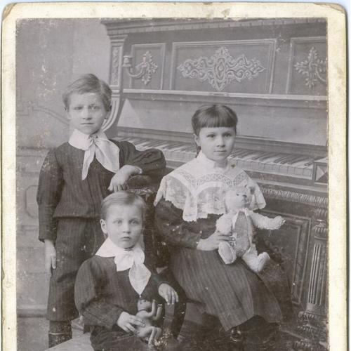 Кабинетное Фото 1909 год Дети Ребенок Игрушка Пианино Одежда Винтаж