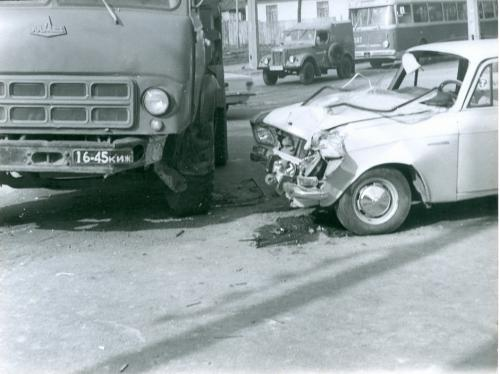 Киев Автомобиль Москвич МАЗ Троллейбус ДТП Дорожно транспортное проишествие ГАИ 1970-е годы