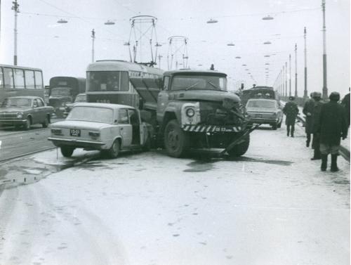 Киев Автомобиль Жигули Волга Трамвай ДТП Дорожно транспортное проишествие ГАИ Мост Патона 1970 год