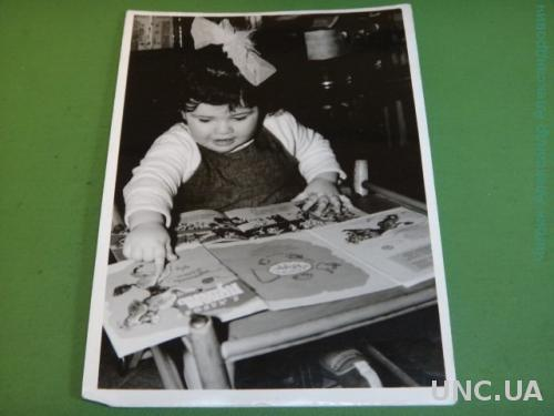 Фото.Дети. Ребенок.Девочка. Читает за столом.