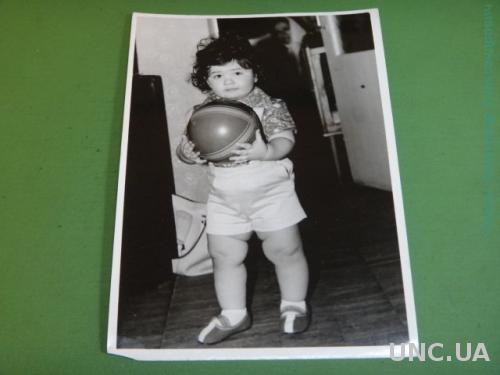 Фото.Дети. Ребенок.Девочка. Играет. Прическа. Бантик. Мячик.