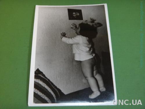 Фото.Дети. Ребенок.Девочка. Играет. Прическа. Бантик.