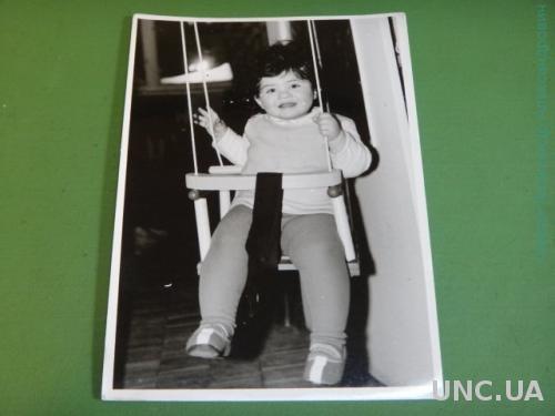Фото.Дети. Ребенок.Девочка. Играет. Прическа. Качели.
