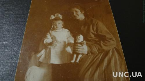 Фото открытка . Девочка с игрушками. Кукла. С мамой.  Бантик.