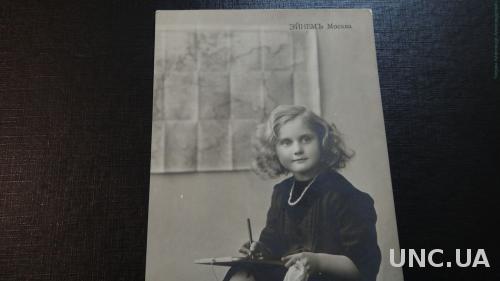 Реклама Эйнем Москва. Девочка пишет письмо.
