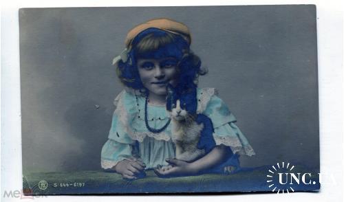 Серия дети. Девочка с котом. кепка.
