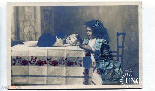 Серия дети. Девочка с котом. кормит