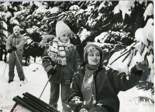 ТАСС. Для печати. Спорт. Лыжники. Семья на природе. Санки. Красавица мама.