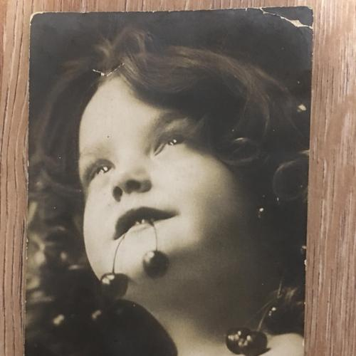 Фотооткрытка. Девочка с вишнями