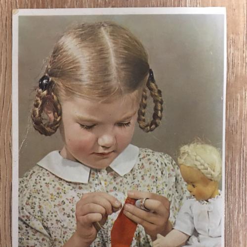 Фотооткрытка. Девочка шьет. 1952 г.