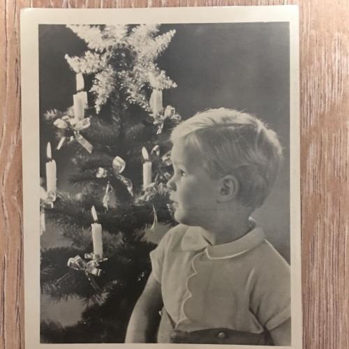 Фотооткрытка. Мальчик возле елки