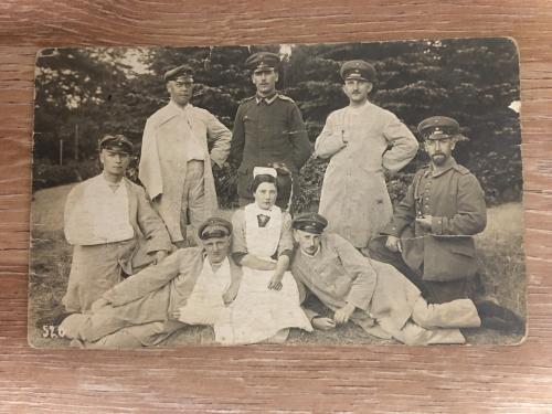 Фотооткрытка. Медсестра с ранеными. 1915 г.