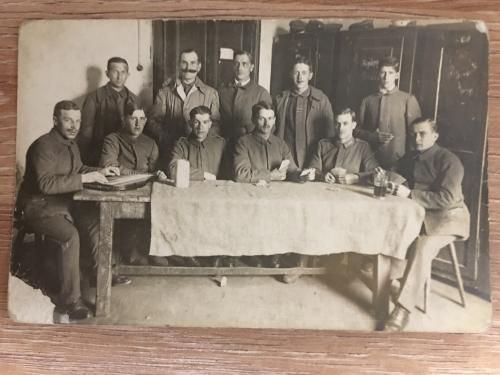 Фотооткрытка. Мужчины за столом