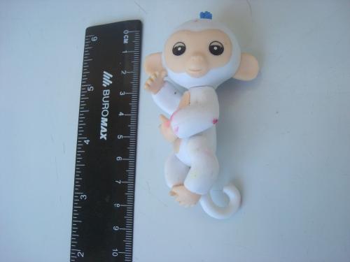 Интерактивная игрушка обезьянка на палец (белая)