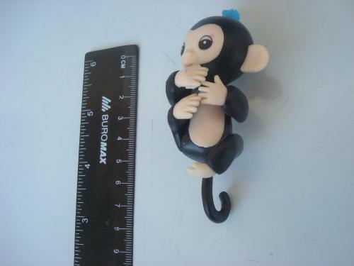 Интерактивная игрушка обезьянка на палец (черная)