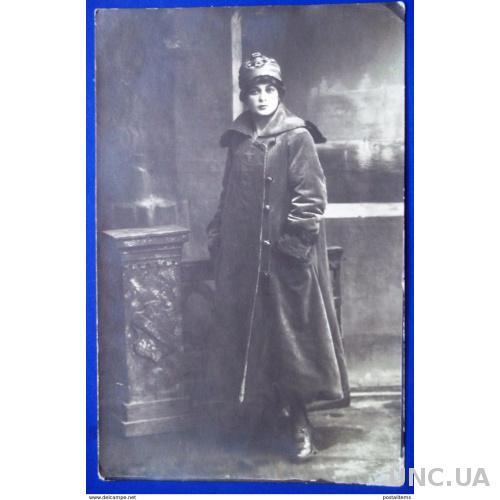 12890 Россия. Молодая женщина в модной одежде. Салон фото
