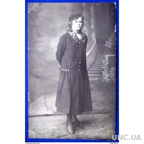 12891 Россия. Молодая женщина в модной одежде. Салон фото