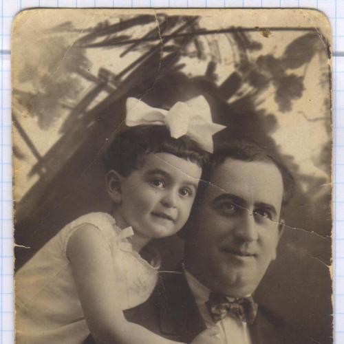 Фото. Визит. Дети. Девочка с бантом и отцом. РДЧ
