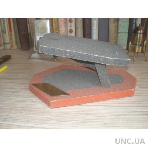 Точилка для карандашей, сувенир в виде пьедестала для танка или авто. ГСВГ.