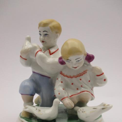Дети и голуби статуэтка Полонне