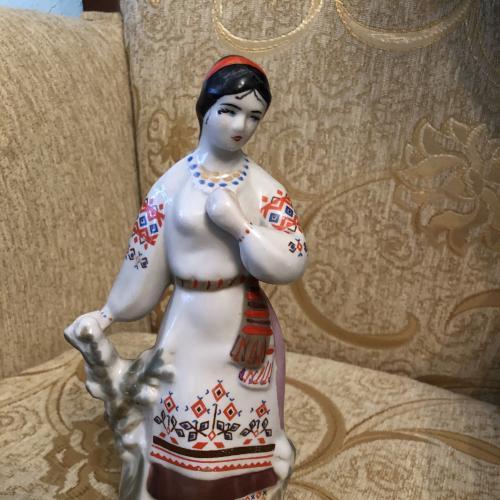 """Статуэтка""""Девушка-украинка у плетня"""""""