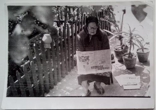Фото  БАБУШКА Платок Очки Забор Кувшин Цветы Газета Комсомольская правда Труд