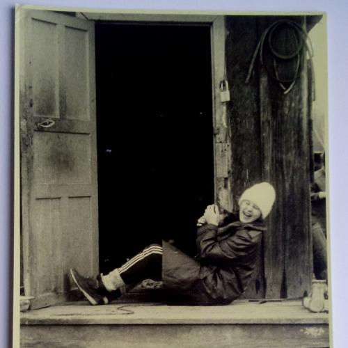 Фото  Девушка Одежда Смех Сарай дверь ступеньки замок