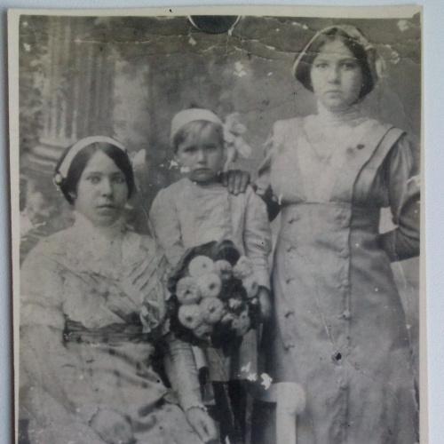 Фото старое  Кабинет Дети Цветы Букет Девушка Платье Стул