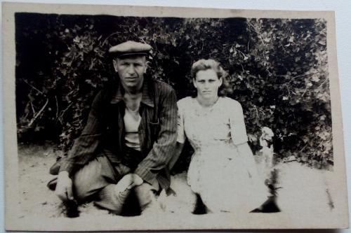 Фото старое Молодые Парень Девушка Кепка На природе