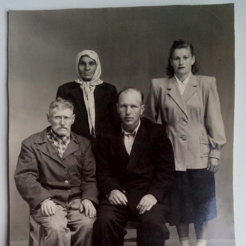 Фото старое Молодые Родители Стул Стулья Платок Пиджак Костюм Семья